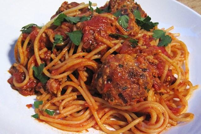 Спагетти с мясными шариками в томатном соусе - сытный обед на всю семью