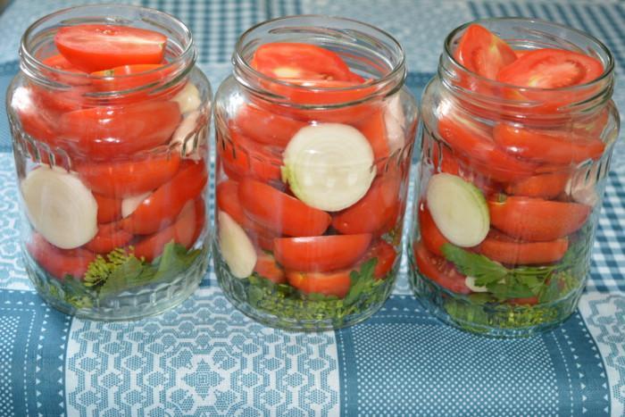3-ukladyvaem-pomidory-luk-i-chesnok-7980304
